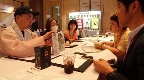 6月23日,在上海朗廷酒店,南韓企業人士與中國客商進行洽談。 韓聯社
