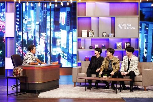 SM娛樂總製作人李秀滿(左)和NCT成員道英、馬克、錢錕 SM娛樂溝供圖(圖片嚴禁轉載複製)