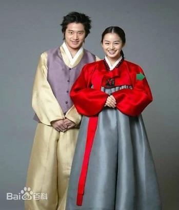 百度詞條中朝鮮族服飾上傳的南韓演員金泰希和李莞的韓服照。 百度百科截圖(圖片嚴禁轉載複製)