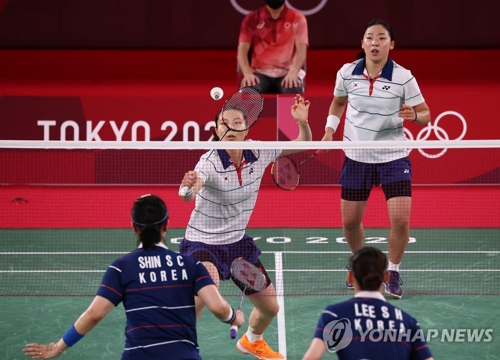 8月2日,在日本武藏野之森綜合體育廣場進行的東京奧運會羽毛球女子雙打銅牌賽上,南韓李昭希/申昇瓚組合(藍衣)同金昭映/孔熙容組合展開角逐。 韓聯社