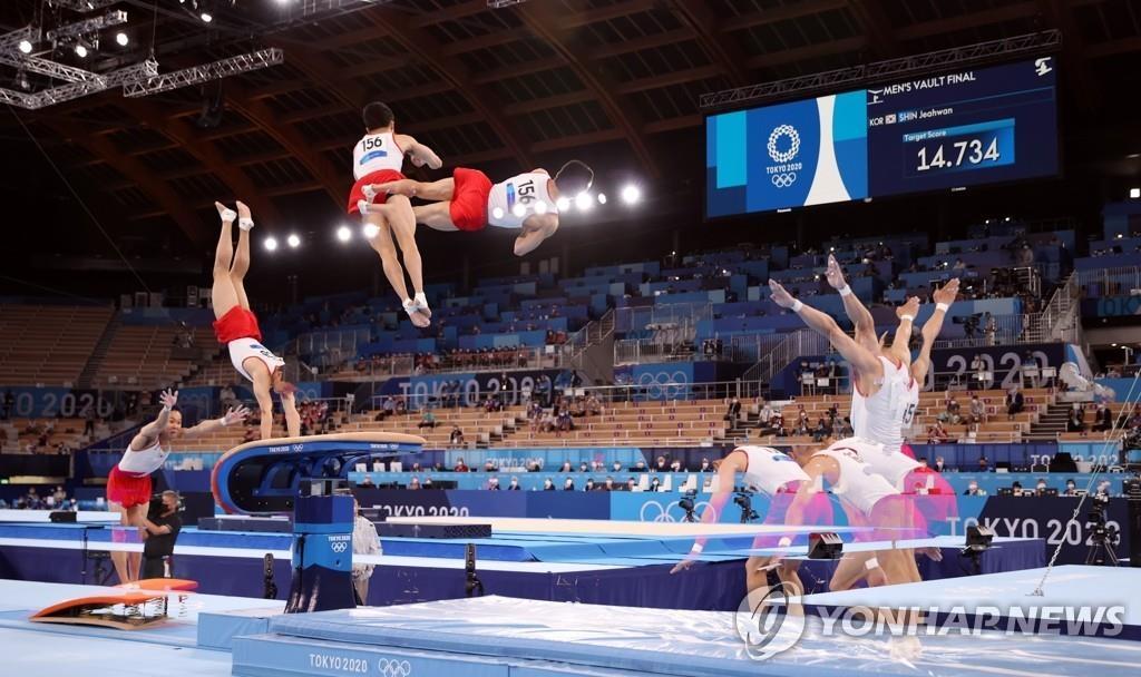 8月2日,在日本有明體操競技場,南韓選手申在煥在東京奧運會男子跳馬決賽中喜獲金牌。圖為申在煥完成跳躍動作。 韓聯社