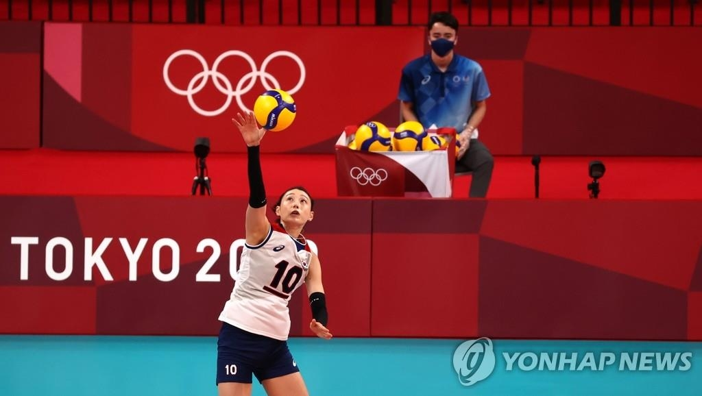 8月2日,東京奧運會女子排球預賽A組南韓對陣塞爾維亞的比賽在日本東京的有明競技場進行。圖為金軟景發球。 韓聯社