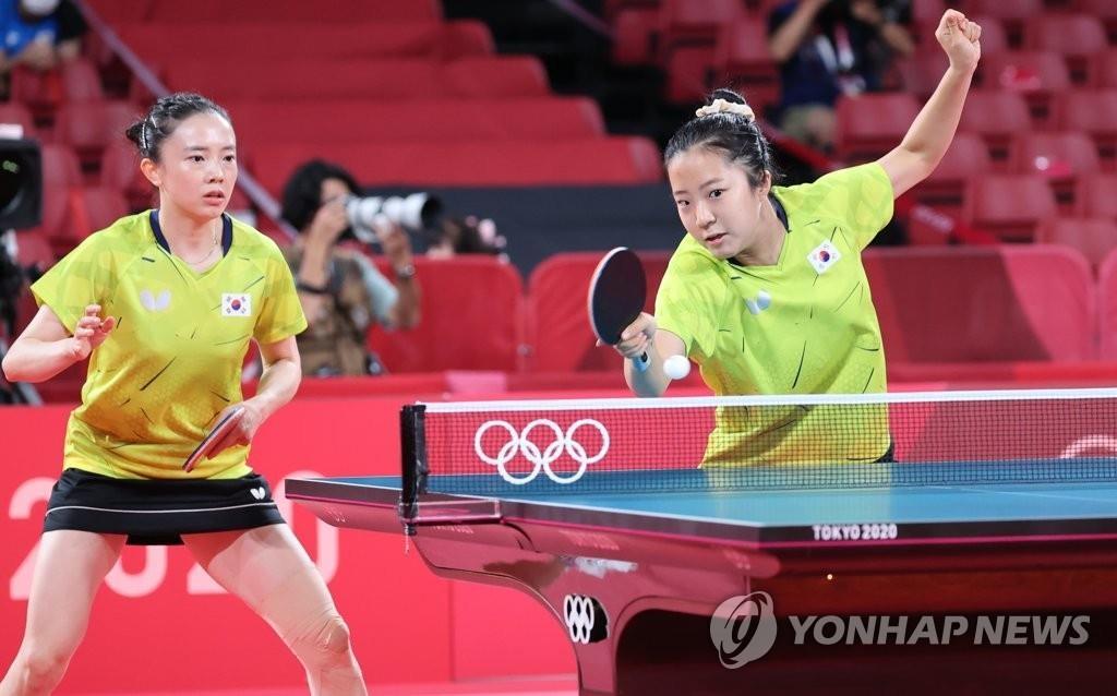 8月3日,在東京體育館進行的東京奧運會乒乓球女子團體8強南韓對陣德國的比賽中,南韓選手申裕斌(右)正在接球。左為田志希。 韓聯社
