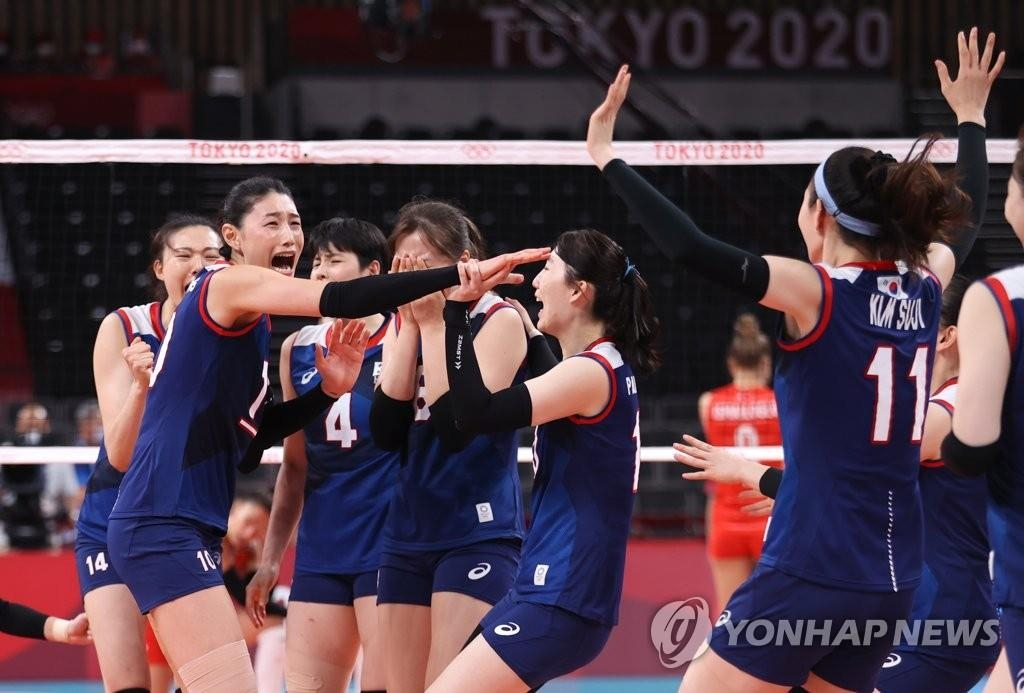 8月4日,東京奧運會女子排球八強賽南韓對陣土耳其的比賽在日本東京的有明競技場進行,南韓隊當天以3比2戰勝土耳其。圖為選手們慶祝勝利。 韓聯社