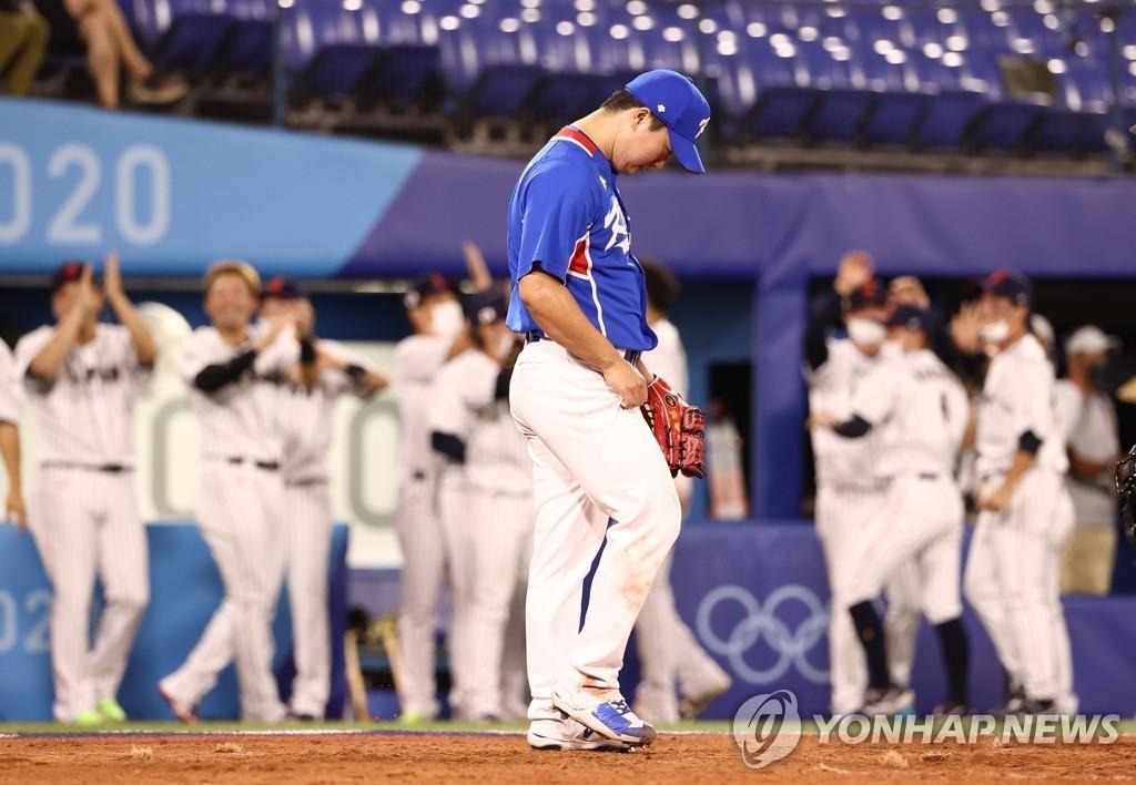 8月4日,東京奧運會棒球準決賽南韓對陣日本的比賽在日本橫濱棒球場舉行。南韓投手高祐錫失分後沮喪低頭。 韓聯社