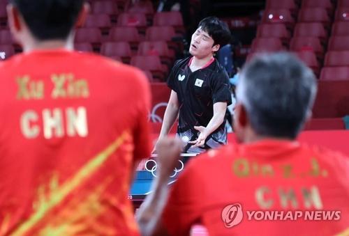 8月4日,在日本東京體育館舉行的東京奧運乒乓男團準決賽南韓對陣中國的比賽上,南韓隊張禹珍在失分後一臉遺憾。 韓聯社