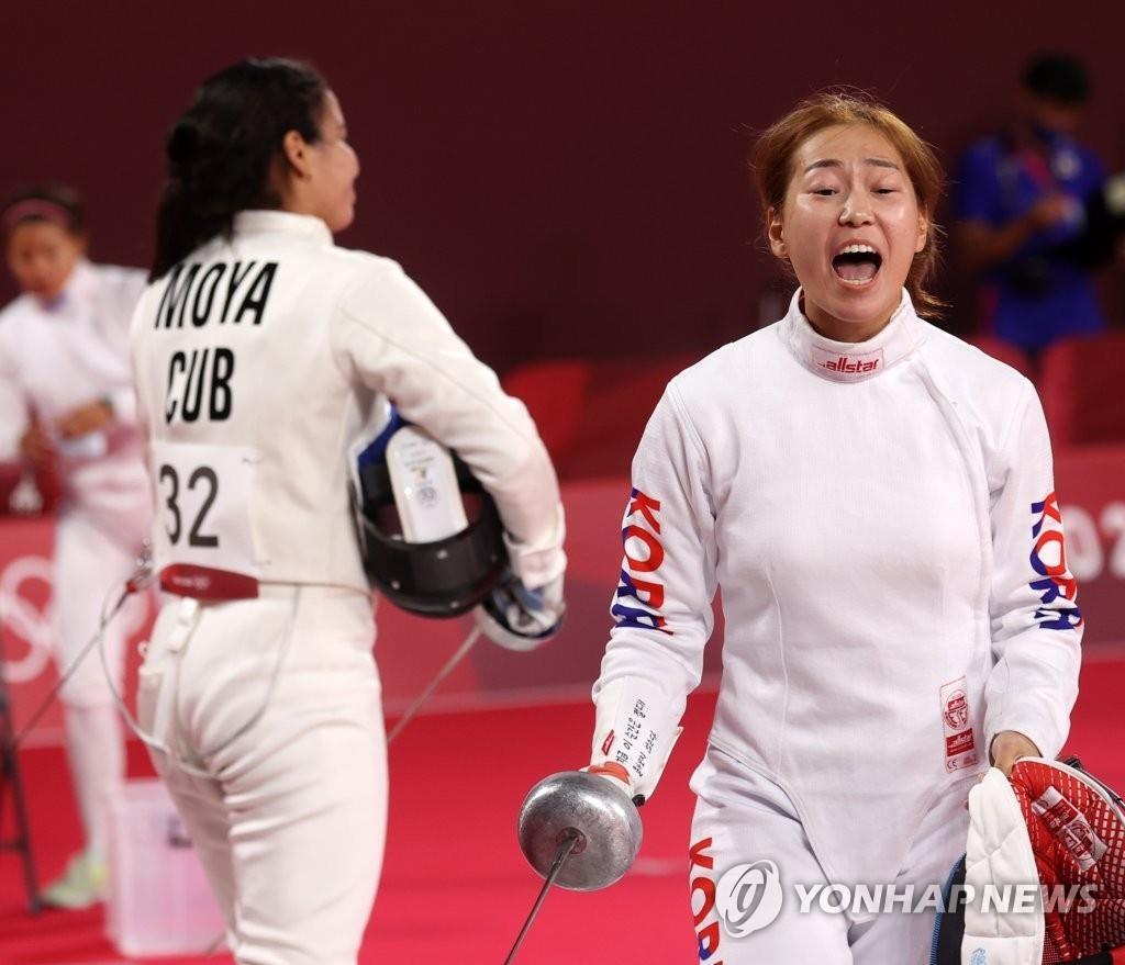 8月5日,在日本武藏野之森綜合體育廣場進行的東京奧運會現代五項女子個人擊劍排名賽中,南韓隊金勢熙在得分後歡呼。 韓聯社