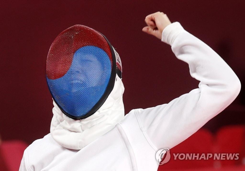 8月5日,在日本武藏野之森綜合體育廣場進行的東京奧運會現代五項女子個人擊劍排名賽中,南韓隊金善祐對陣厄瓜多運動員並在得分後歡呼。 韓聯社