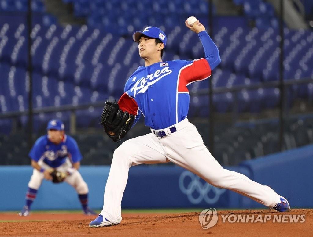 8月5日,在日本橫濱棒球場舉行的東京奧運棒球第三輪復活賽南韓對陣美國的比賽中,南韓隊首發投手李義理奮力投球。 韓聯社
