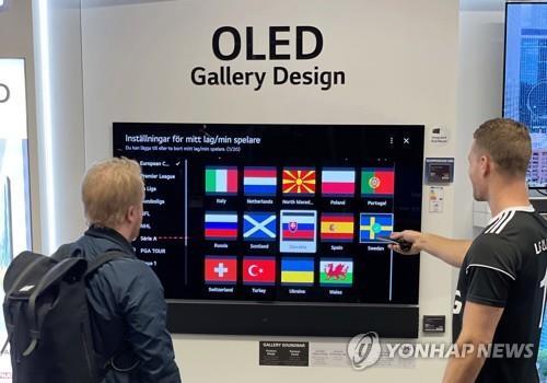 陳列在瑞典一家家電賣場的LG OLED evo電視 LG電子供圖(圖片嚴禁轉載複製)