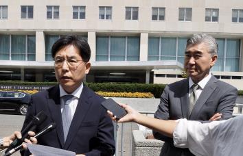 當地時間8月30日,在美國國務院辦公樓前,南韓外交部韓半島和平交涉本部長魯圭悳(左)和美國對朝特別代表星·金答記者問。 韓聯社/華盛頓聯合記者團