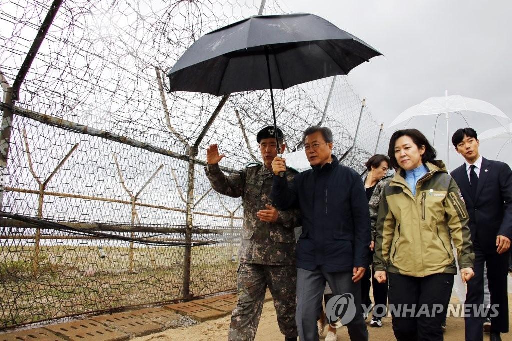 """資料圖片:文在寅(左二)探訪韓朝非軍事區的""""和平之路""""。 韓聯社"""