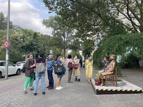 資料圖片:柏林市民與和平少女像合影。 韓聯社