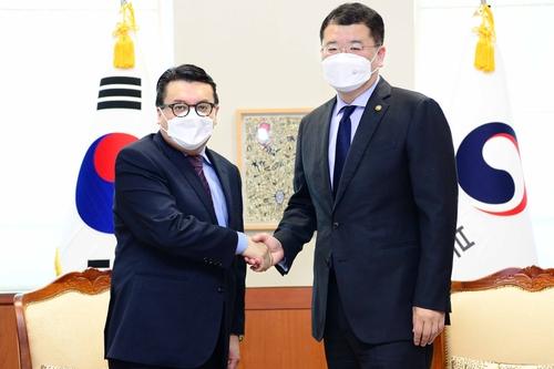 韓副外長崔鐘建會見哥倫比亞大使