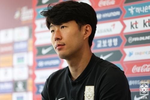 9月5日,南韓足球名將孫興慜在記者會上聽取記者提問。 大韓足球協會供圖(圖片嚴禁轉載複製)