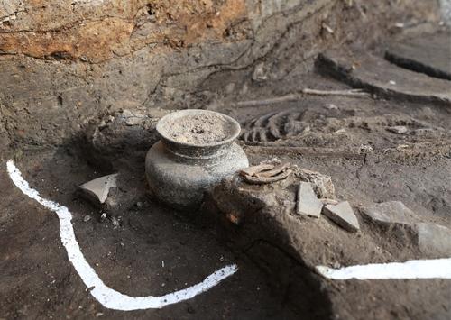 月城遺址出土的骸骨和陶器 國立慶州文物研究所供圖(圖片嚴禁轉載複製)