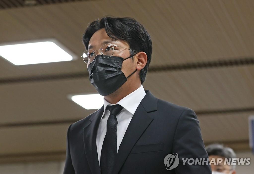資料圖片:9月14日,在首爾中央地方法院,河正宇準備出庭聽取一審宣判。 韓聯社