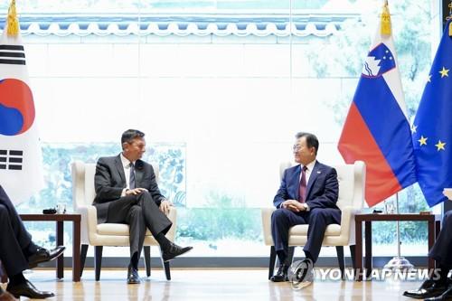 文在寅與斯洛維尼亞總統舉行會談