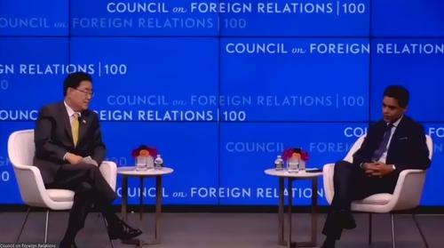 南韓外交部長官鄭義溶(左)和主持人法雷德·扎卡�堥�出席美國外交協會研討會。 韓聯社/會議視頻截圖(圖片嚴禁轉載複製)