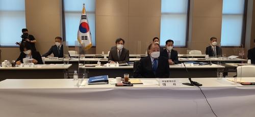 10月6日,在南韓駐日本大使館,駐日本大使姜昌一(前排)和外交官以視頻連線方式出席國會外交統一委員會國政監查。 韓聯社