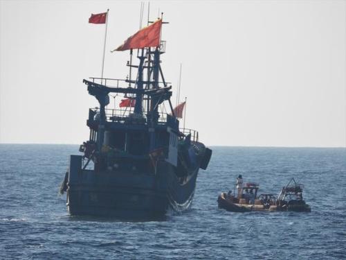 韓海警向中方移交一艘非法捕撈漁船
