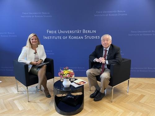 """文正仁在德國柏林自由大學南韓學研究所舉辦的""""2021年金大中年度特講""""上以""""核、和平、南韓的未來""""為主題發表演講。 韓聯社"""