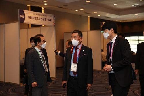 圖為World-OKTA會長河龍化(中)參觀海外招聘博覽會。 韓聯社/世界韓人貿易協會供圖(圖片嚴禁轉載複製)