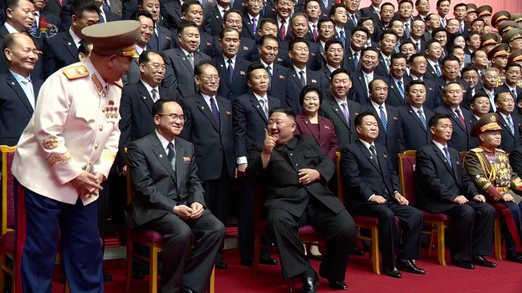 金正恩與黨和內閣新領導班子合影留念