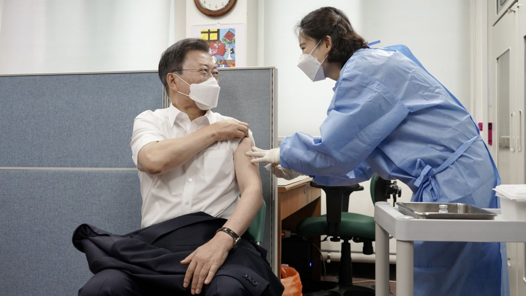 文在寅接種第二劑阿斯利康新冠疫苗