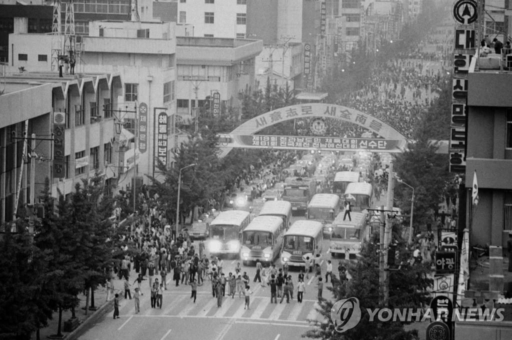資料圖片:1980年5月18日,在光州市,市民和學生們上街示威要求全鬥煥政權下臺。 韓聯社(圖片嚴禁轉載複製)