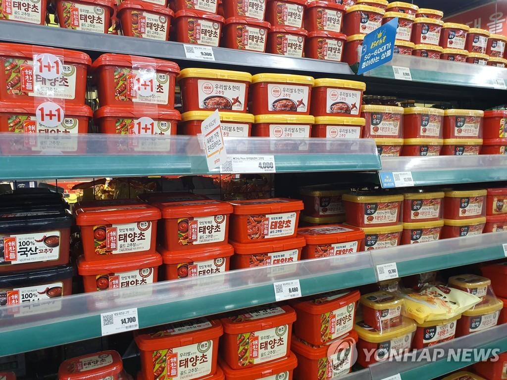 資料圖片:首爾一家大型超市的辣椒醬貨架 韓聯社