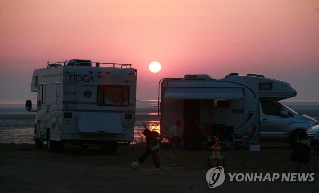資料圖片:海邊的露營車 韓聯社