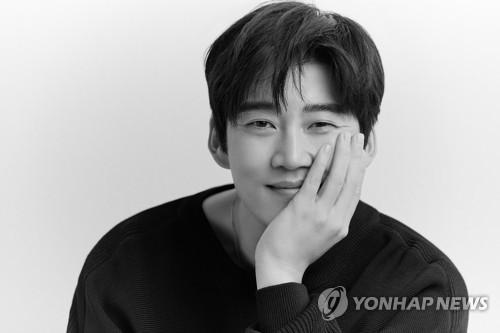演員尹啟相戀情公開 女友為圈外人