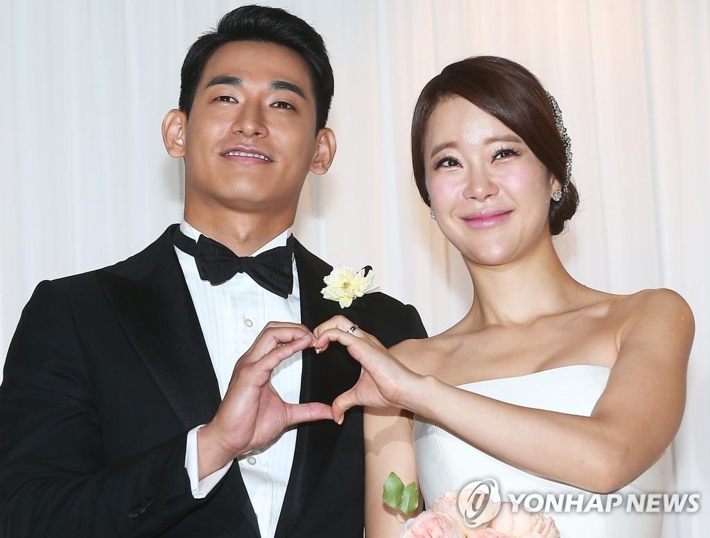 2013年6月2日,白智榮(右)和鄭錫元在首爾華克山莊喜來登酒店舉行婚禮。(韓聯社)
