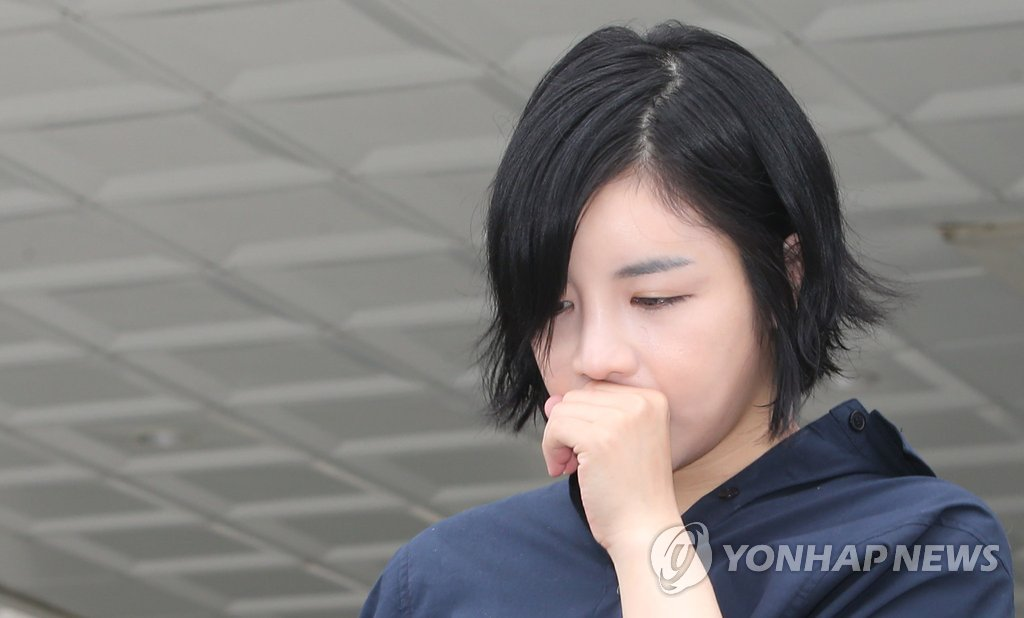 資料圖片:涉嫌吸毒的藝人Amy出庭受審,圖片攝于2014年。 韓聯社