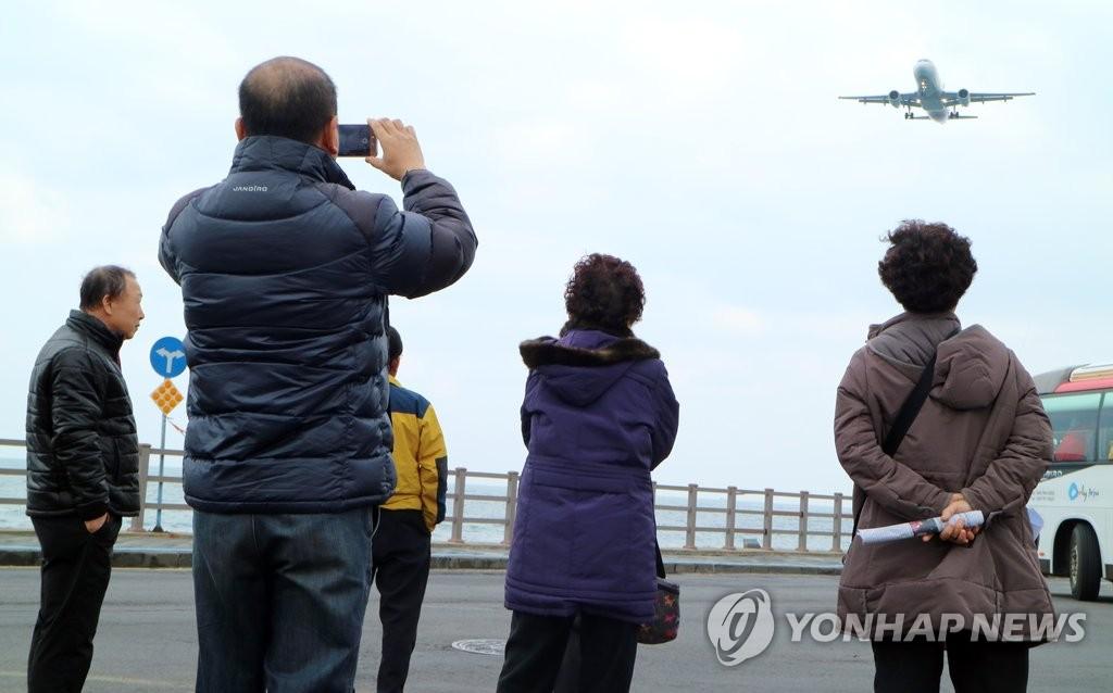 資料圖片:濟州道西歸浦市城山邑居民檢測濟州機場噪聲。 韓聯社