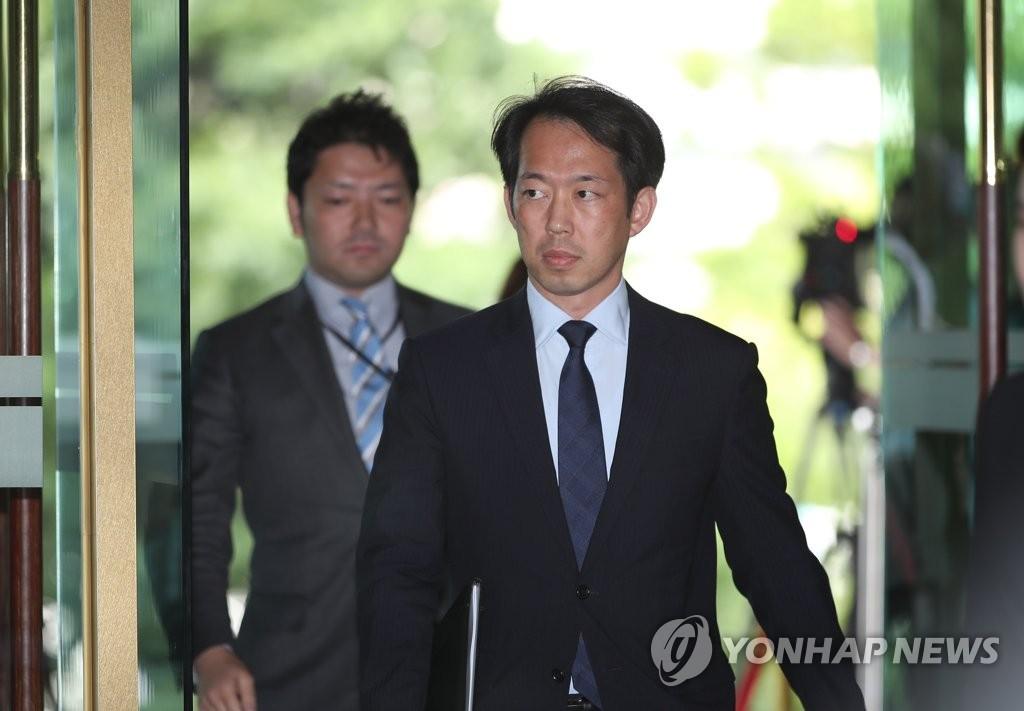 6月21日,日本駐南韓大使館公使北川克朗走進首爾南韓外交部大樓。(韓聯社)