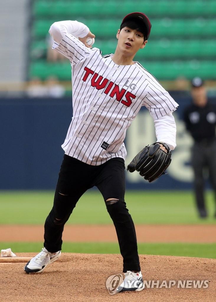 金鐘炫為棒球賽開球