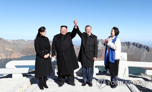 韓朝領導人齊登白頭山牽手共話新未來