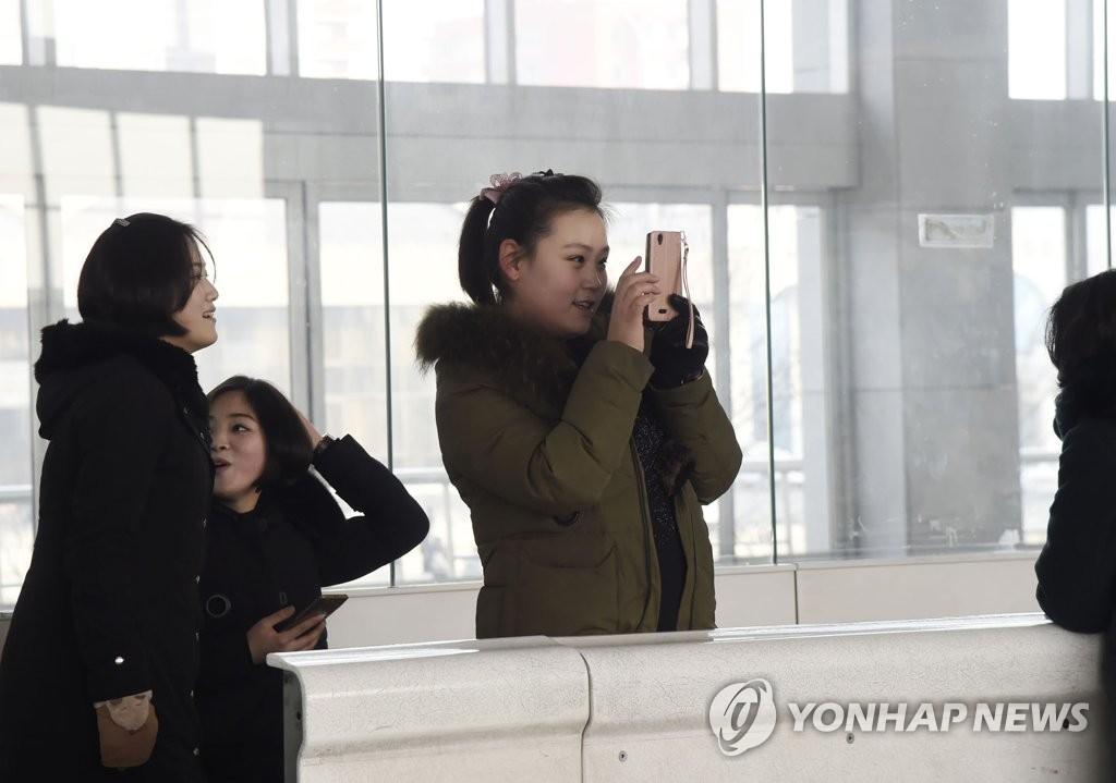 資料圖片:朝鮮居民用智慧手機拍照。 韓聯社/《朝鮮新報》(圖片僅限南韓國內使用,嚴禁轉載複製)