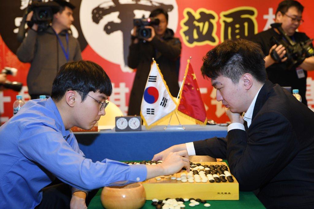 資料圖片:樸正煥(左)對陣黨毅飛。 南韓棋院供圖(圖片嚴禁轉載複製)