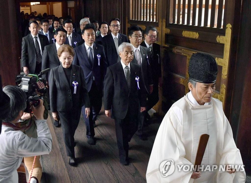 4月23日,在東京,日本跨黨派議員組團參拜供奉多名甲級戰犯的靖國神社。(韓聯社/共同社)