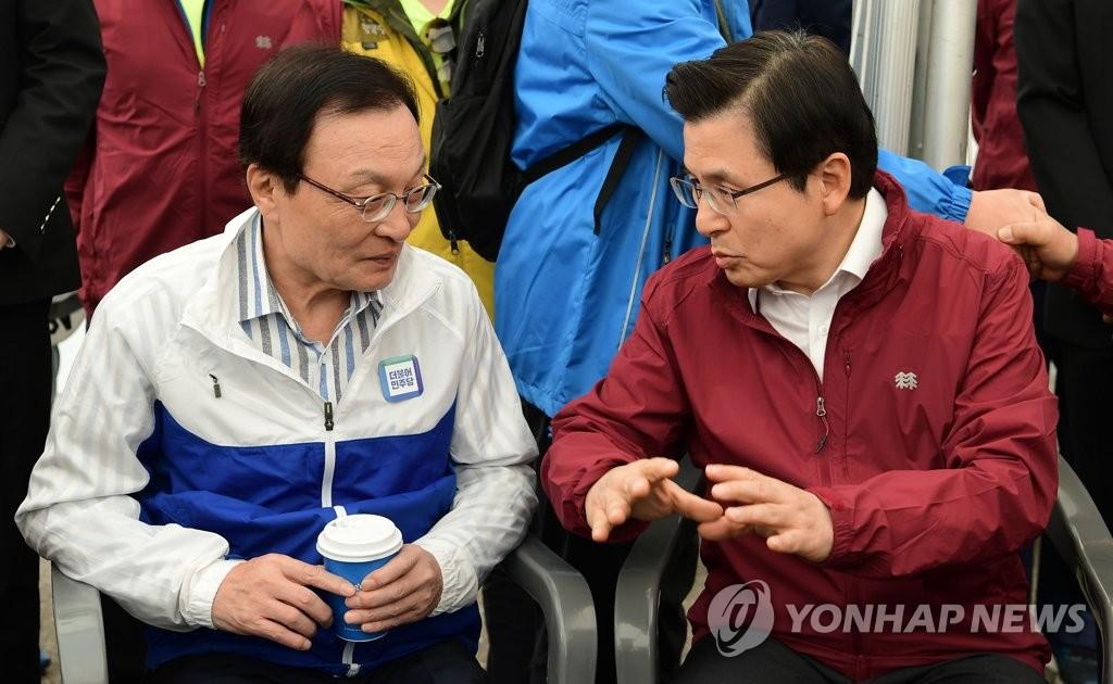 資料圖片:5月1日,民主黨黨首李海瓚(左)和南韓黨黨首黃教安進行交談。(韓聯社)