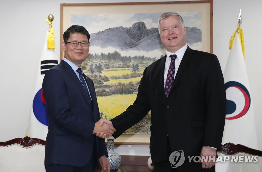 韓統一部長官金煉鐵會見美對朝代表比根