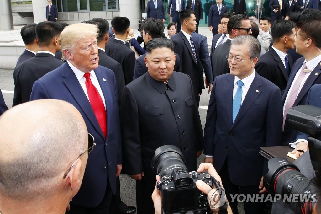 資料圖片:2019年6月30日,韓朝美領導人在韓朝邊境板門店會面。左起依次是美國總統特朗普、朝鮮國務委員會委員長金正恩、南韓總統文在寅。 韓聯社