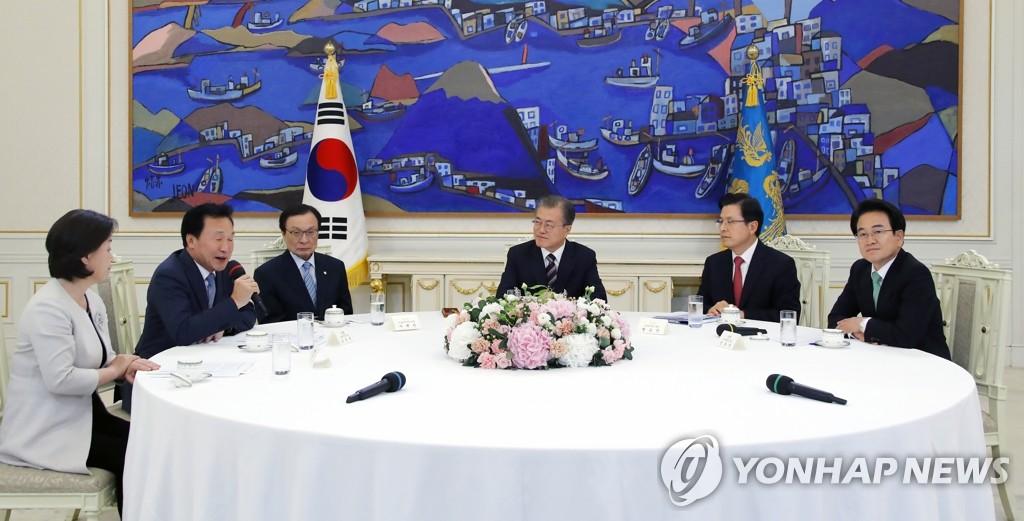 7月18日,在青瓦臺,南韓總統文在寅(右三)會見朝野五黨黨首。圖為正未來黨黨首孫鶴圭(左二)發言。 韓聯社
