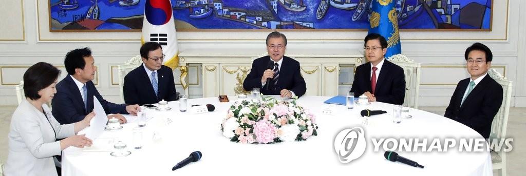 7月18日,在青瓦臺,南韓總統文在寅(右三)會見朝野五黨黨首。 韓聯社