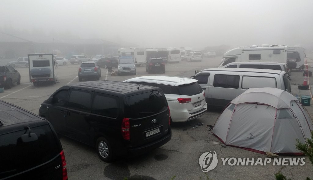 資料圖片:大關嶺停滿了露營車。 韓聯社