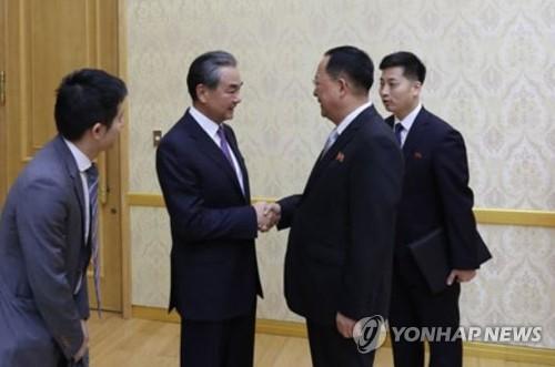 中國外長王毅在朝鮮祭掃志願軍烈士陵園