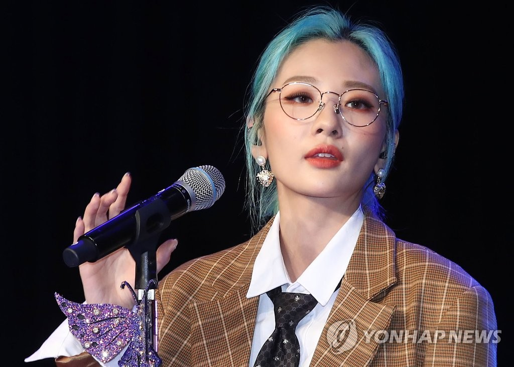 9月10日下午,在首爾市ILCHI藝術中心,安智煐演唱新專輯主打歌《工作狂》。 韓聯社